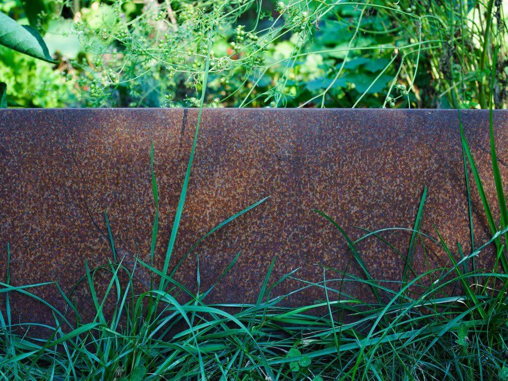 acier corten dans un jardin